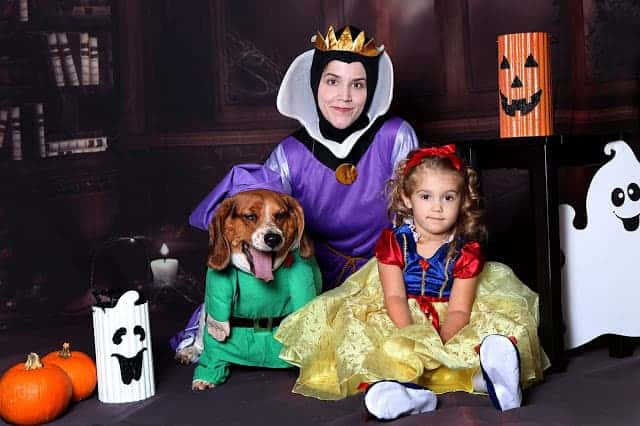 Check out how this family incorporated Snow White character costumes for everyone- even the pup!