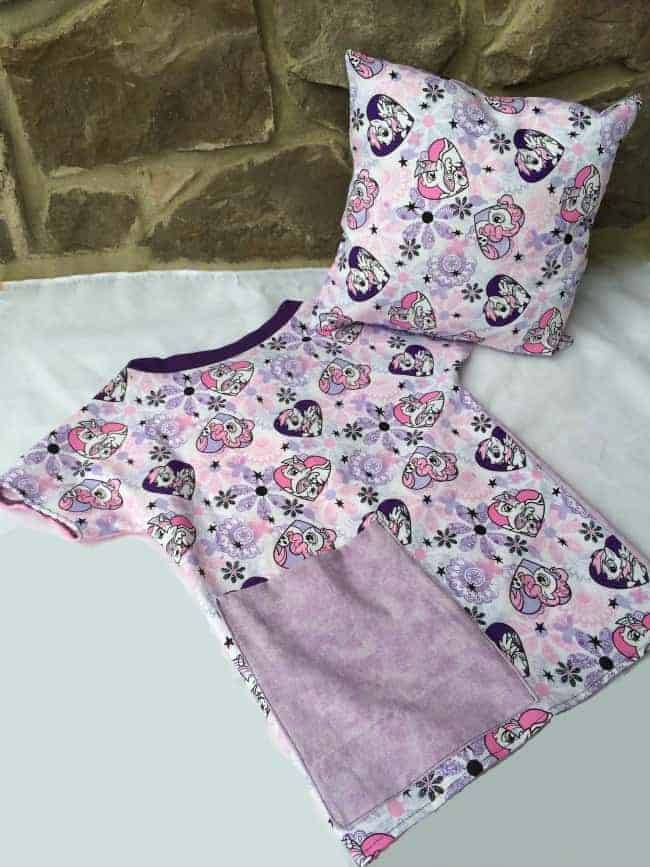 How to make a hospital gown and a matching pillow as a gift. #sewing #gift