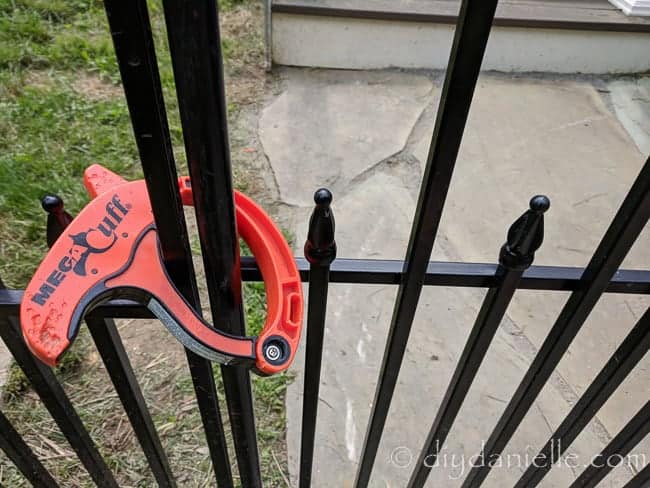 Using a single panel for the gate and a clip to prevent the dog from escaping the dog run.